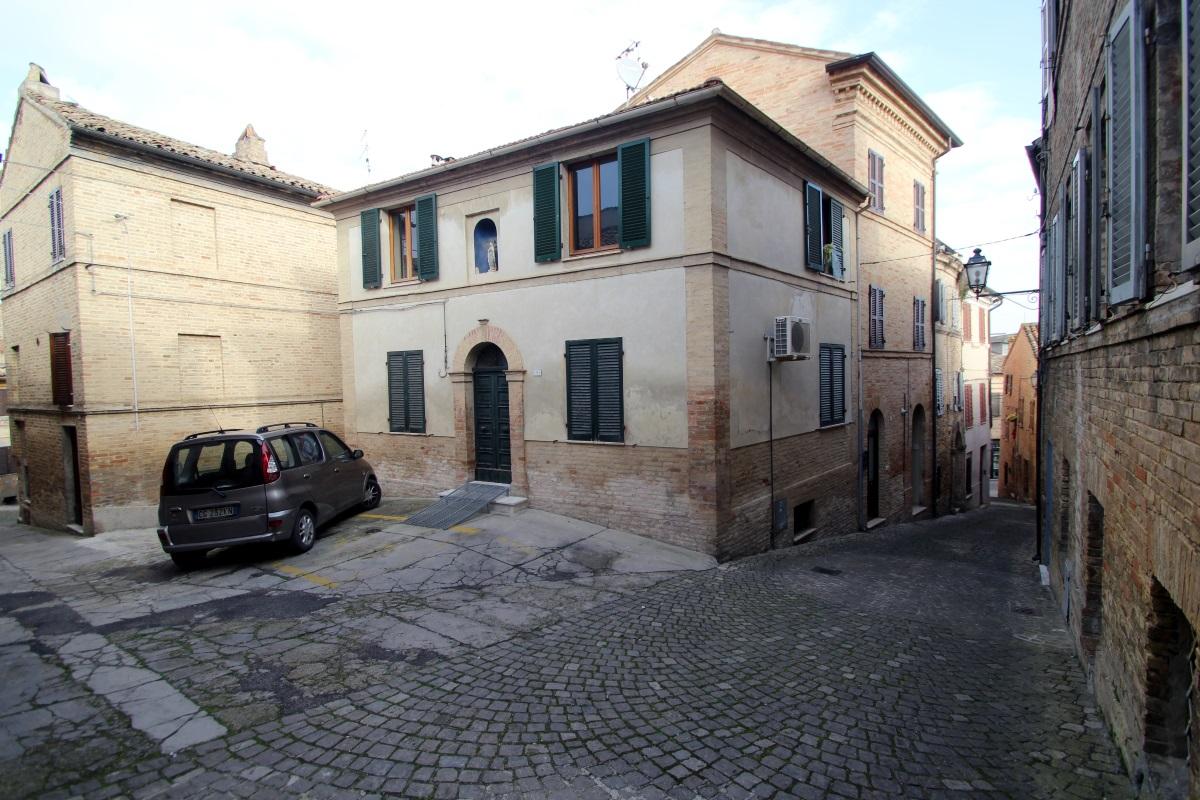 Casa singola su 2 piani piu 39 taverna agenzia immobiliare for Piani di casa artigiano molto stretta