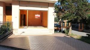 locale commerciale in affitto porto potenza picena centro più deposito al piano seminterrato e corte esclusiva agenzia immobiliare parigi di cruciani stefano 01